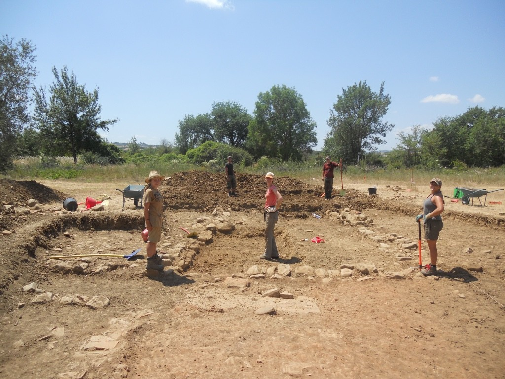 Professor Astrid Van Oyen (center) at the Roman site Podere Marzuolo.