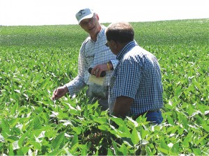 Keith discussing soybeans with Don Rutz