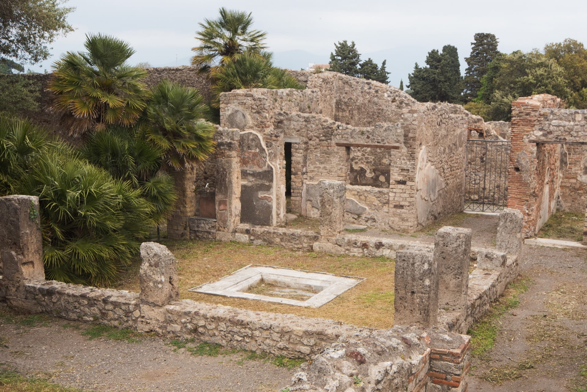 Standing architecture at the Casa della Regina Carolina, Pompeii (VIII 3.14), showing the atrium in the foreground. Photograph by Pasquale Sorrentino.