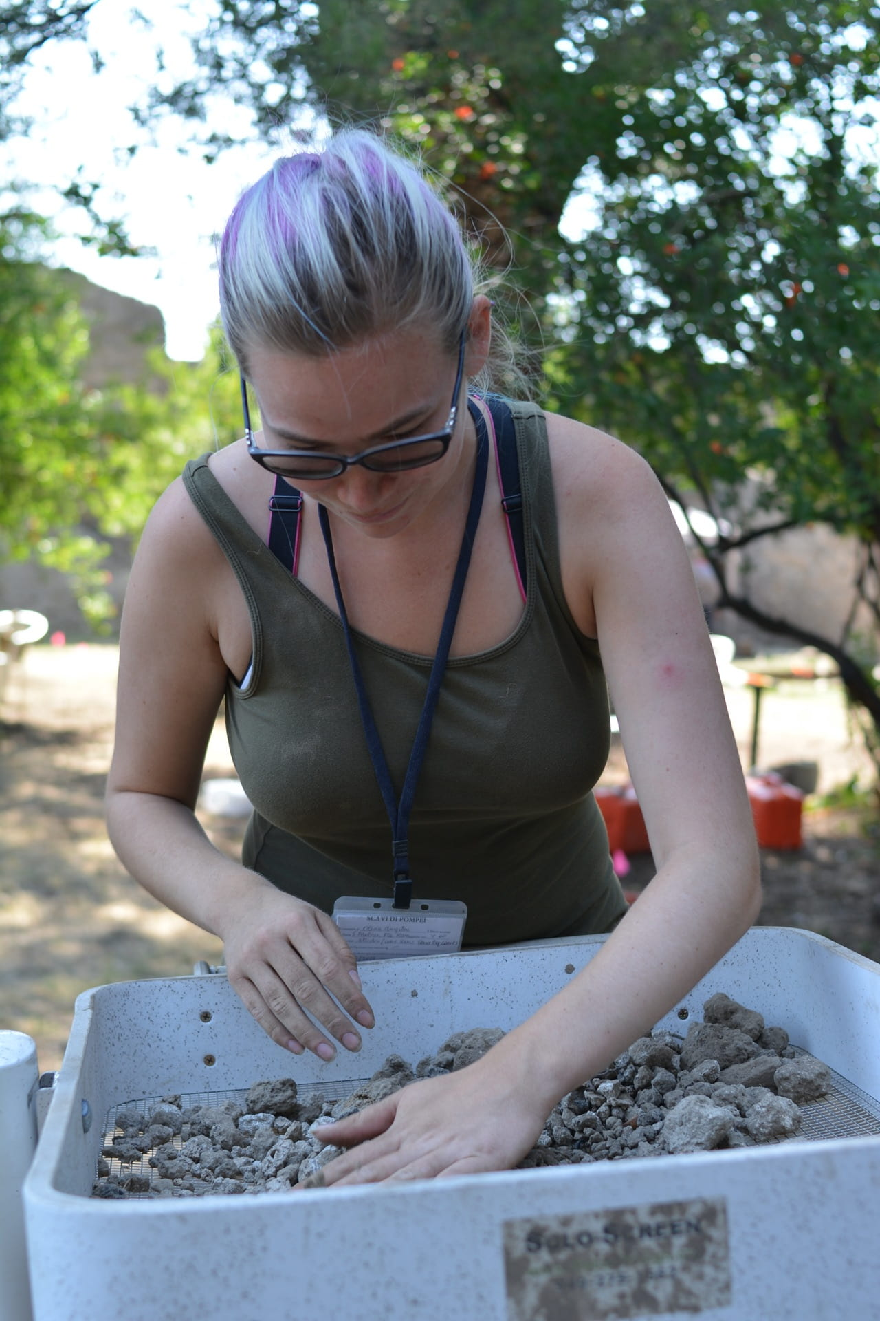 Examining the sifting screen for finds, 2019