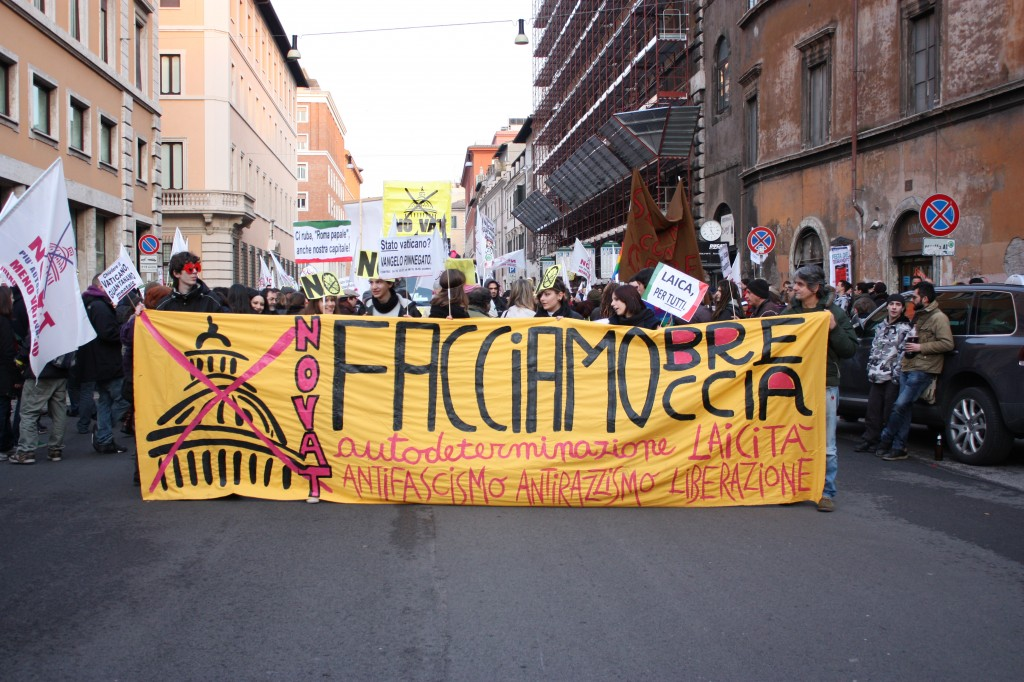 "Front line marchers holding up the movement's slogan ""Facciamo Brecchia"""