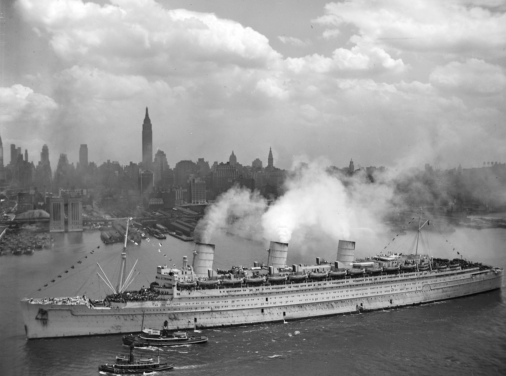 RMS QUEEN MARY ARRIVING AT NYC WITH RETURNING US TROOPS, JUNE 1945 - US NAVY