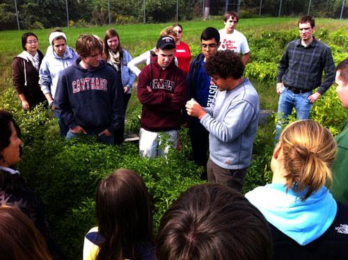 Mike Mazourek, Dept. of Plant Breeding and Genetics, talks pepper breeding with HORT 1101 students.
