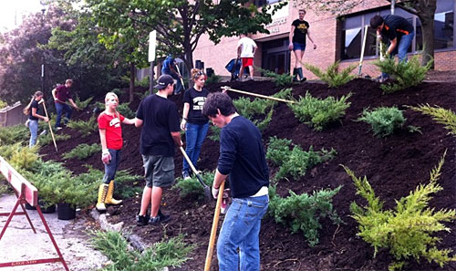 HORT 1101 class spreads mulch outside Comstock Hall