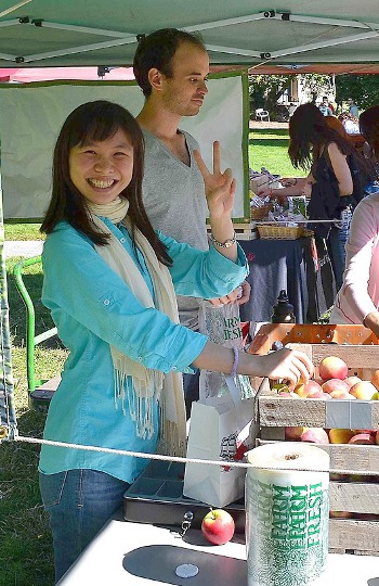 Horticulture grad students Judy Lee and Jeremie Blum sell apples at the Farmers Market on the Ag Quad. (Via CALS Notes)