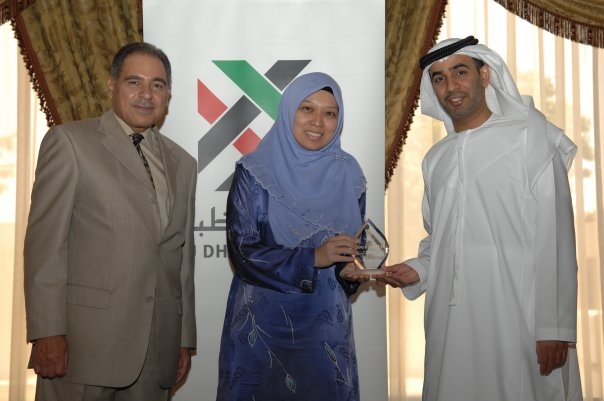 Dr Intan receiving Faculty Service Award from ADU Chairman