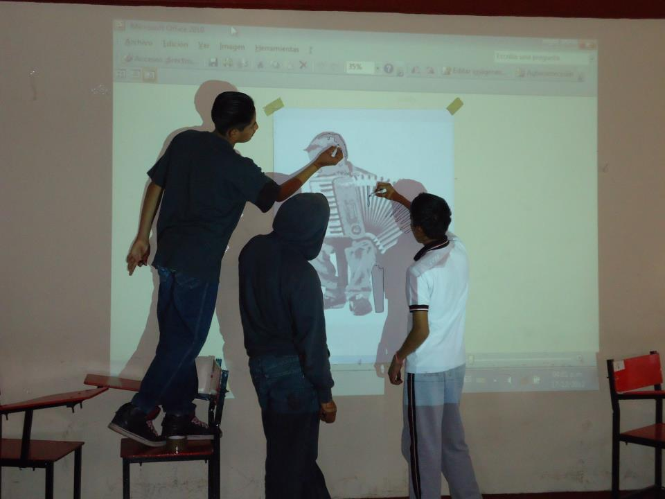 Projecting and outlining a mural element (Photo, ASARO collective)