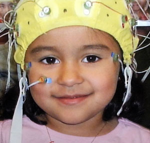 An elastic cap fitted with silver buttons (electrodos) allows us to récord brainwaves. Applying the cap takes about 15 minutes.