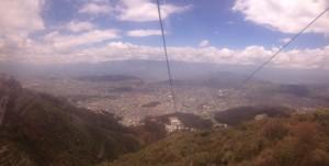 La vista (un poquito borrosa) de la gondola hacia Quito