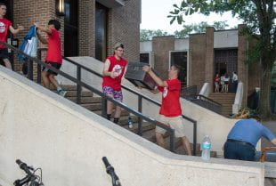 Sid Richardson College students employed their traditional human chain method of moving in new freshmen. (Photo by Tommy LaVergne)