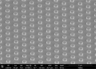 An electron microscope image of an array of nanoscale thermal light emitters