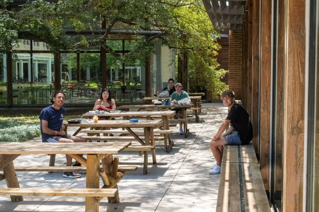 Students take a break to unmask and eat lunch outside North Servery. (Photo by Jeff Fitlow)