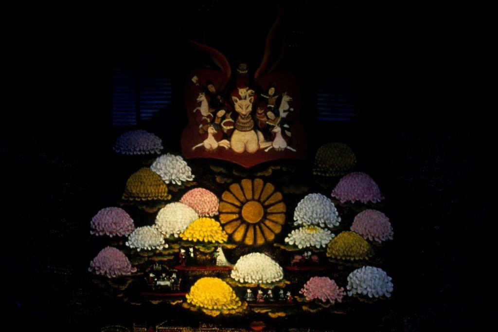 Chrysanthemums in Kabukicho | 歌舞伎町の菊 (2000)