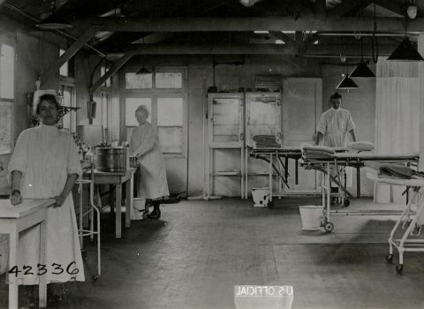 Base Hospital surgical room and medical staff, 1918/1919