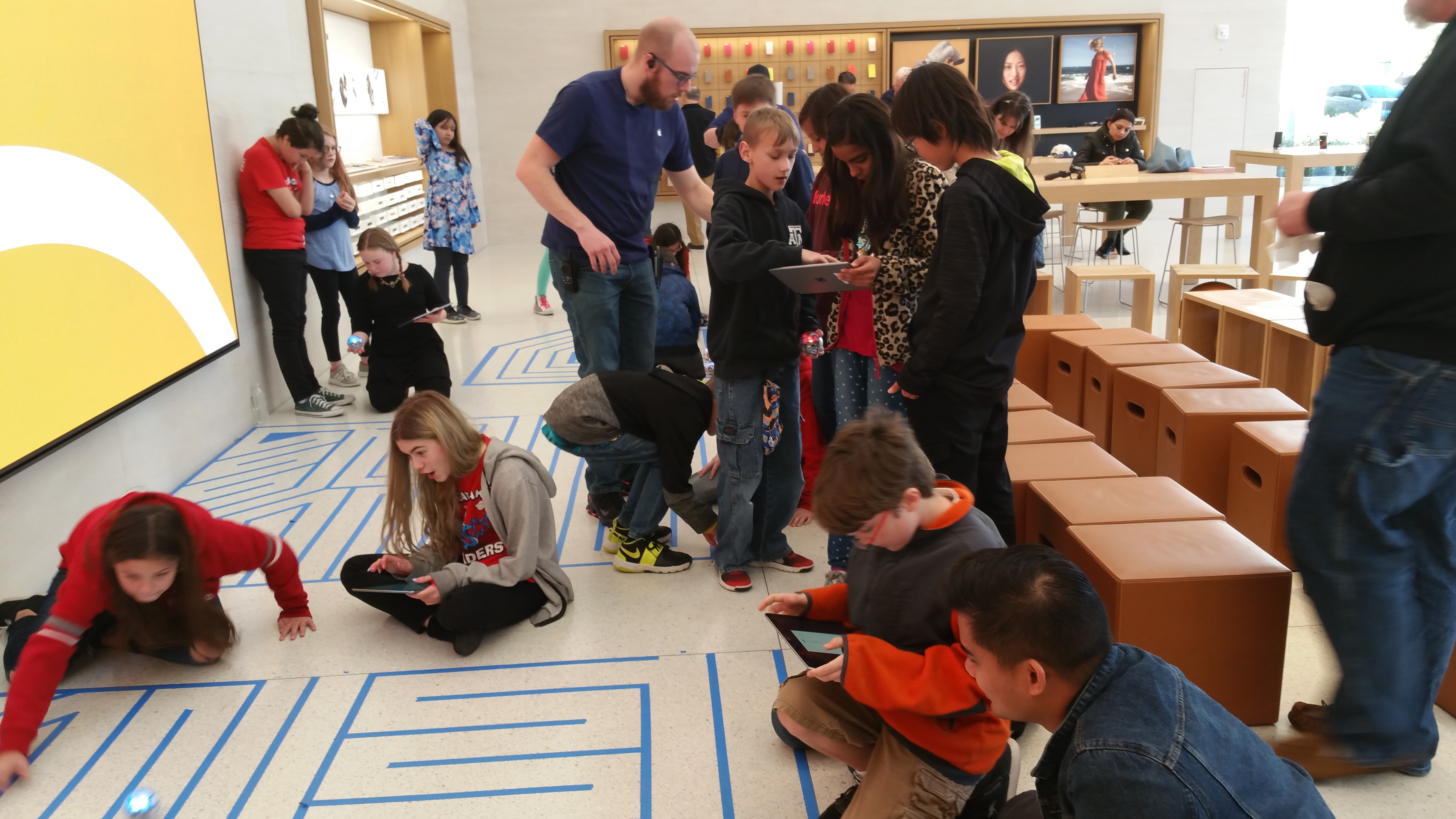 GOES Fifth Graders Visit Apple Store, Experience Coding