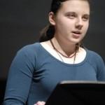 Allisa Cherkasova, mujer del pueblo reza por los muertos
