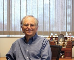 Image of Prrofessor Len Adleman in his office at USC