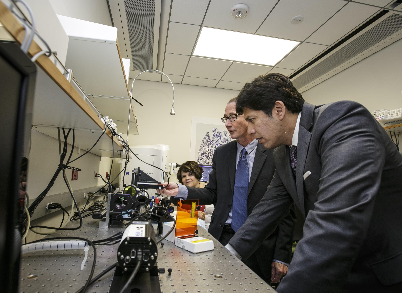 Sen Kevin De Le 243 N Talks Biotech With Usc Leaders