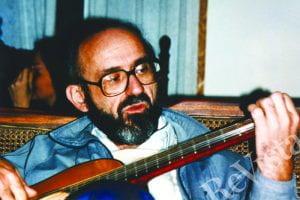 Photo of Ignacio Martín-Baró playing guitar.