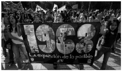 Street protesters holding a sign that reads (in Spanish)