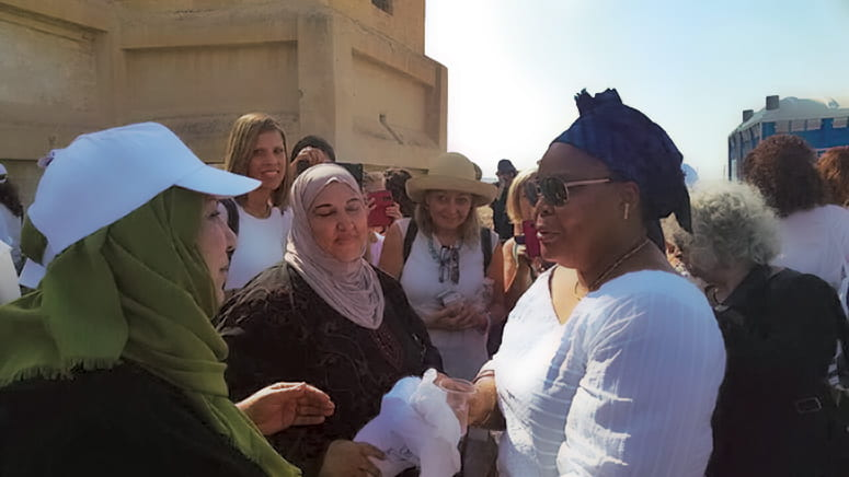 Photo of Leymah Gbowee speaking to several event participants in Jerusalsem