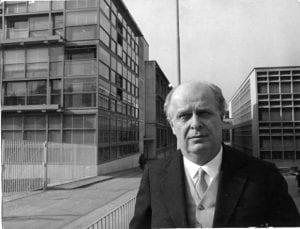 Olivetti davanti alle sue fabbriche