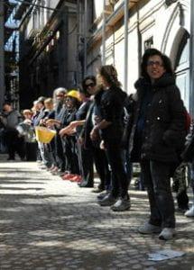 fila di persone davanti a edificio