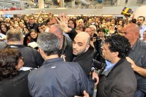 Saviano in mezzo a una folla