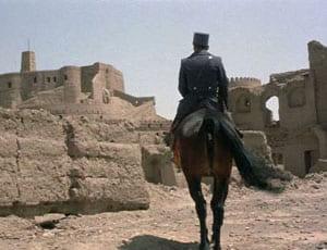 uomo a cavallo tra ruderi