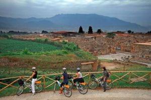 ciclisti davanti a campi