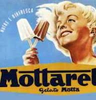 immagine pubblicitaria, donna con due gelati in mano
