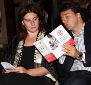 Uomo e donna leggono insieme un volantino