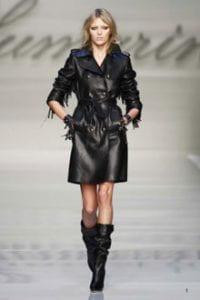 modella vestita di nero