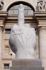 statua che mostra un pugno con il dito medio alzato