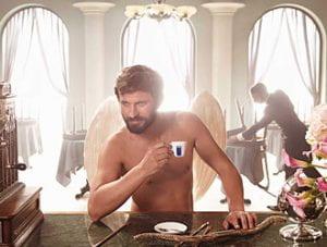 uomo a torso nudo con tazzina di caffè