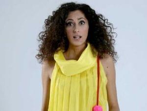 donna vestita di giallo