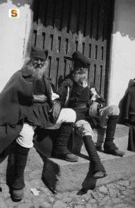 due vecchi con abiti sardi tradizionali