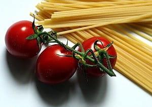 tre pomodori e degli spaghetti