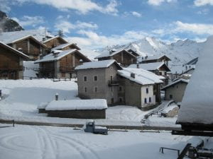Paese di montagna coperto di neve