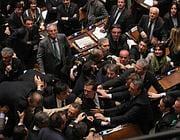 Persone discutono animatamente in Parlamento