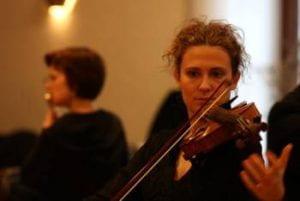 Donna suona il violino.