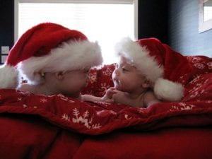 due bambini con cappello di babbo natale