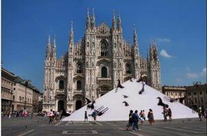 Montagna di sale davanti al Duomo di Milano
