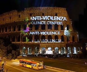 Il colosseo con scritte contro la violenza