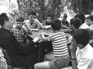 Don Milani con i suoi ragazzi