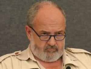 volto di uomo con barba e occhiali