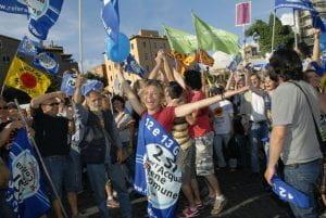 Persone festanti in una manifestazione di piazza