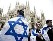 Ebrei con stella di David davanti al duomo di Milano