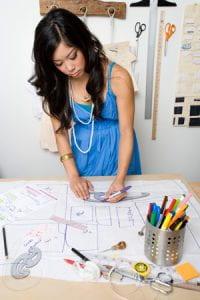 Giovane donna designer all'opera