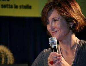 Donna con microfono in mano